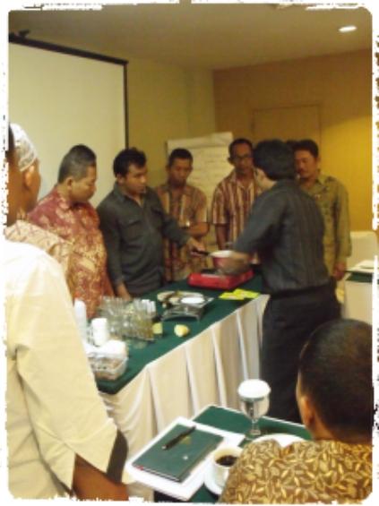 praktek-pelatihan-pembuatan-bibit-jamur-untuk-petani-dan-petugas-penyuluh-dinas-pertanian-riau